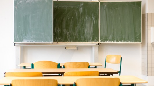 Ist der Schulweg nicht zumutbar, kann der Landkreis den Unterricht ausfallen lassen. (Symbolbild)