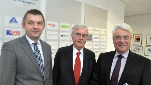 Jens Bölscher. Prof. Dr. Horst Günter und Joachim Roth (v. links) bieten im kommenden Jahr ein berufsbegleitendes Studium an.