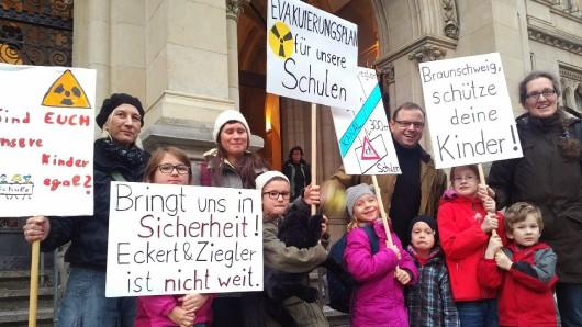 Demonstration von Thunern vor dem Rathaus: Sie fordern besseren Schutz - Wohnbebauung, Kita und Schule sind teilweise nur 300 Meter von den Atomfirmen entfernt.