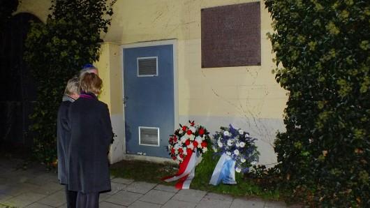 Vor der Gedenktafel an der ehemaligen Synagogen gedachte man den Gräueltaten der Pogromnacht.