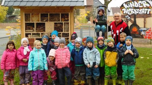 Die Schlaufüchse der Kita  Remlingen mit Henning Gärtner vor dem fertigen Insektenhotel.