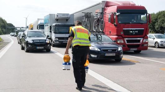 Ein Polizist sperrt die Autobahn ab (Symbolbild).