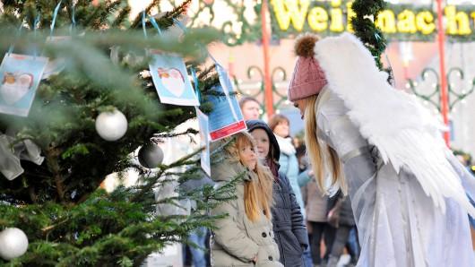 Bei der Aktion Wunschbaum können Braunschweiger Weihnachtsengel spielen.