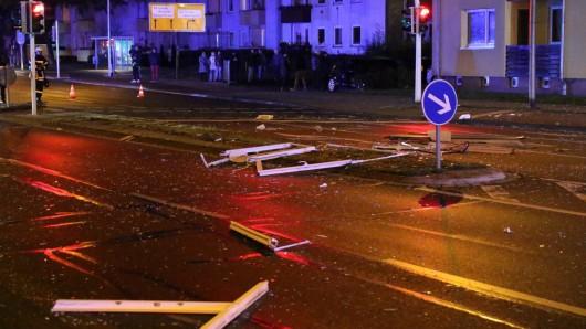 Trümmerteile haben sich über die ganze Breite der Kattowitzer Straße verteilt.