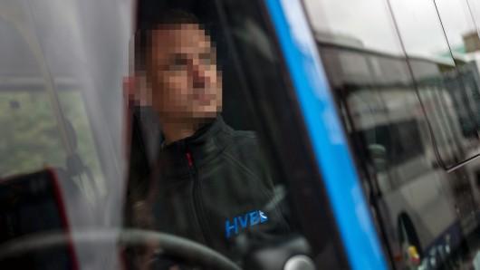 In Magdeburg haben zwei junge Männer einen Busfahrer mit Tritten im Gesicht verletzt (Symbolbild).