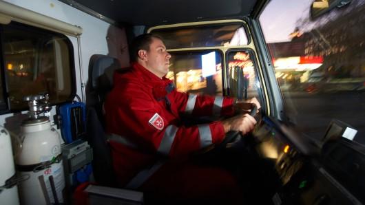 Retter in der Not sind nicht immer willkommen: Im vergangenen Jahr erstatteten 155 Sanitäter und Feuerwehrleute in Niedersachsen beider Polizei Strafanzeige, weil sie beleidigt oder tätlich angegriffen wurden.