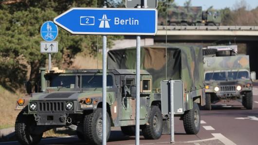 NATO-Militärfahrzeuge fahren am 27.03.2017 auf die Autobahn 2 bei Burg (Sachsen Anhalt) in Richtung Berlin. Am 25. März 2017 wurde begonnen, Teile des Gefechtsverbandes der Enhanced Forward Presence (eFP) aus den Rose Barracks (Deutschland) nach Orzysz in Polen zu verlegen, um dort die eFP-Mission der NATO zu unterstützen. NATO-Soldaten aus den USA, dem Vereinigten Königreich und Rumänien machen sich dabei auf den Weg.