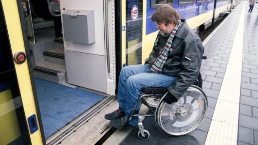 Erleichterung für Gehbehinderte und Rollstuhlfahrer: Sie kommen nun stufenlos in die erixx-Züge - beziehungsweise auch wieder heraus.