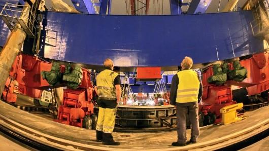 Eine mobile Containerbrücke ist in der Nacht zum Mittwoch umgekippt und auf einen Abschleppwagen gestürzt (Symbolbild).