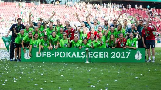 Das Team vom VfL Wolfsburg feiert mit dem gewonnenen DFB-Pokal den Pokalsieg am 27. Mai im RheinEnergieStadion in Köln. Jezt sind sie als Mannschaft zu Sportlern des Jahres gekürt worden. (Archivbild)