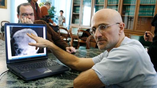 Der italienische Chirurg Sergio Canavero (r.) im Traumatologisch-orthopädischen Zentrum in Turin (Archivbild).