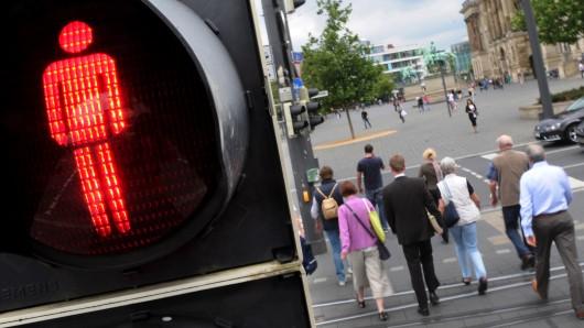 Die Frau war bei Rot über die Straße gegangen. (Symbolbild)