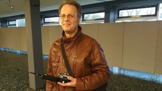 Bislang unbekannte männliche, großgewachsene Person mit brauner Lederjacke...: Christian Köhn wollte nur einen Funk-Rauchmelder kontrollieren - und sah sich plötzlich mit einer polizeilichen Warnung konfrontiert.