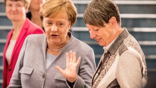 Bundeskanzlerin Angela Merkel (CDU) spricht mit Umweltministerin Barbara Hendricks (SPD)  in Berlin zur Eröffnung des 2. Dieselgipfels im Kanzleramt.