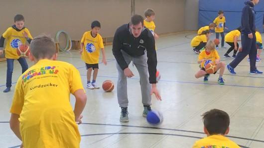 Kapitän Tim Schwartz zeigte bereits im November sein pädagogischens Talent und übte mit Kindern das Dribbling (Archivbild).