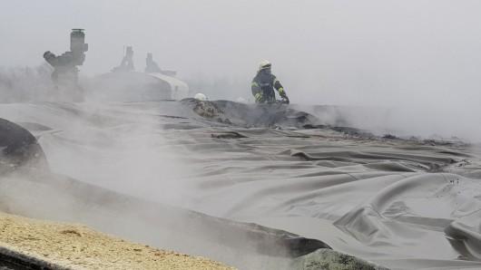 Ein Bild wie aus einem Science-Fiction-Film: Feuerwehrleute im Einsatz nach der Verpuffung in der Biogasanlage in Müden.