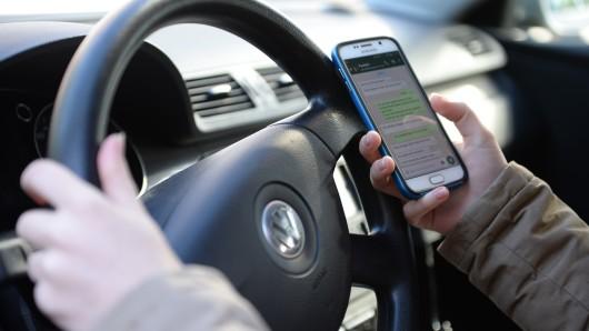 Das Handy beim Fahren zu benutzen kann teuer werden: Das Bußgeld wurde auf 100 Euro erhöht (Symbolbild).