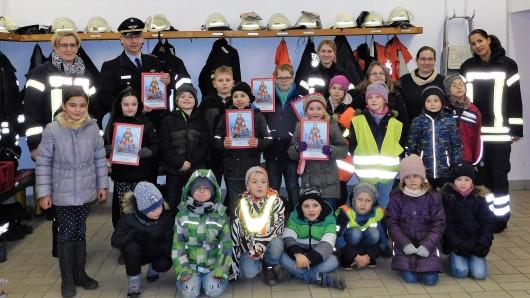 Abschnittsleiter Ost Markus Rischbieter überreichte die Malbücher an die Kinderfeuerwehr Kissenbrück.