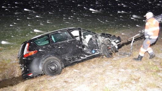 Der Fahrer war mit seinem Wagen von der B4 abgekommen, hatte einen Baum und zwei Leitpfosten gestreift und war dann im Graben gelandet.