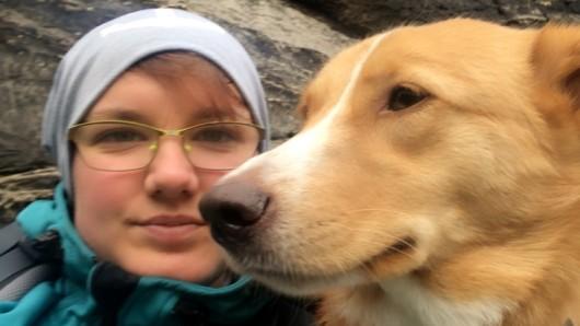 Julia mit ihrem seit Freitagnachmittag verschwundenen Kalle.