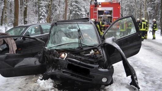 Schwerer Unfall auf der schneeglatten B4 südlich von Sprakensehl.