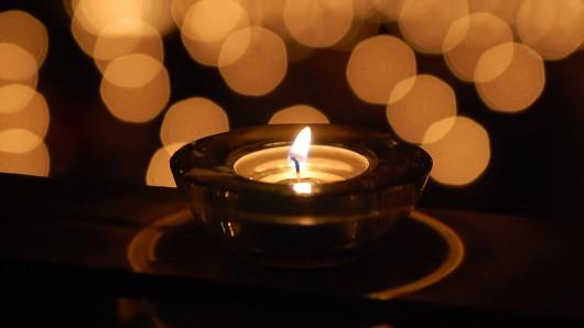 Am zweiten Sonntag im Dezember stellen Angehörige verstorbener Kinder für eine Stunde eine Kerze in ein Fenster (Symbolbild).