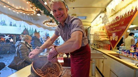 Markus Mandel-Meier in seinem Verkaufswagen auf dem Braunschweiger Weihnachtsmarkt. Wie dieser in diesem Jahr aussehen wird, ist noch offen. (Archivbild)