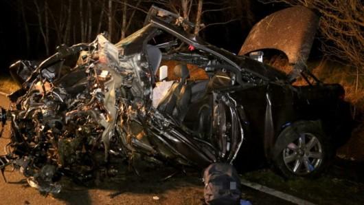 Dieses Blechknäuel ist von dem VW Eos des 19-jährigen Unfallverursachers übriggeblieben.