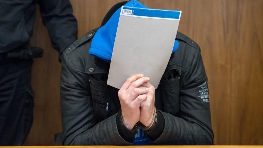 Martin H. soll am 4. November 2016 eine Prostituierte in ihrem Wohnwagen an der B494 nahe Hohenhameln erstickt und ihre Tageseinnahmen in Höhe von etwa 1.000 Euro, einen Fernseher und ein Handy gestohlen haben.