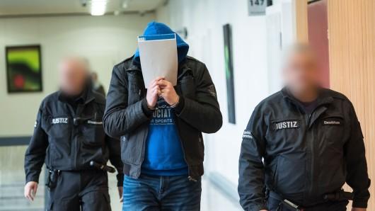Der des Mordes Angeklagte Martin H. am 7. Dezember vor dem Gerichtssaal des Landgericht Hildesheim beim Prozessauftakt gegen den 30-Jährigen wegen Mordes an einer Prostituierten.