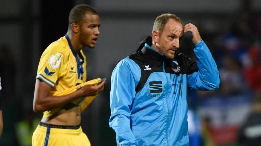 Nach dem Abpfiff im Pokalspiel gegen Kiel: Eintracht-Trainer Torsten Lieberknecht und Louis Samson sind die personifizierte Ratlosigkeit. Am Freitag soll's anders aussehen: Dann wollen die Braunschweiger jubeln.