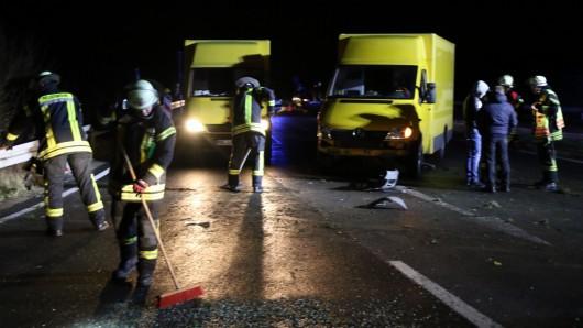 Feuerwehr-Einsatzkräfte säuberten die Straße, auf der sich tückisches Eis gebildet hatte.