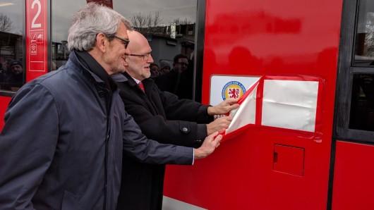 ... und bringen das Eintracht-Logo zum Vorschein, das nun auf dem Triebwagen prangt.