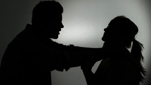 Vor den Augen von Freunden wollte der Mann seine von ihm getrennt lebende Ehefrau erwürgen (Symbolbild).