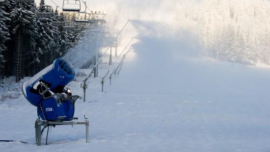 in Mitarbeiter der Wurmberg-Seilbahn kontrolliert neben dem Hexenritt-Sessellift am Wurmberg eine Schneekanone. Die Skisaison kann beginnen.