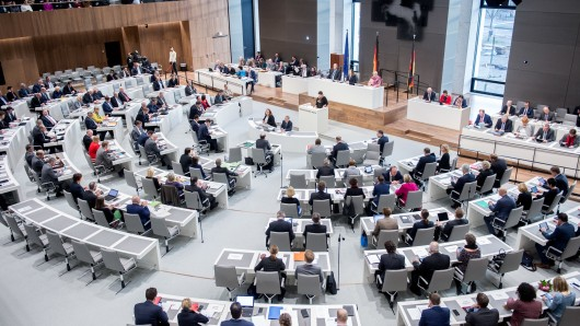 Damit die Abgeordneten in Zukunft bequemer sitzen können, muss im Landtag noch einmal umgebaut werden (Archivbild).