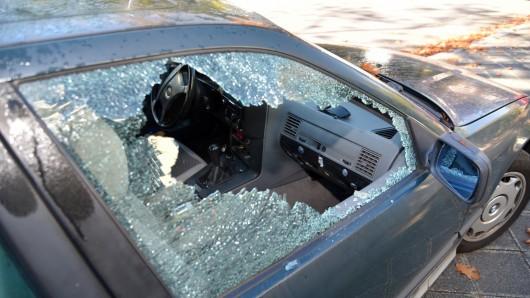 Der Täter schlug bei beiden Autos die Seitenscheibe ein und gelangte so an die Geldbörsen (Symbolbild).