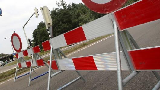 Die Straße bei Celle musste zwei Stunden lang gesperrt werden (Symbolbild).