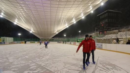 Die Feuerstein-Eisarena in Schierke: Heute gab's ein paar Proberunden, ab Freitag können alle Eislauffreunde und Eishockey-Spieler auf die Fläche.