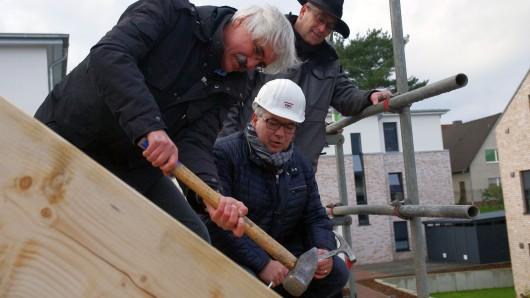 Lothar Schwanenberg, Geschäftsführer der Planungsgemeinschaft Nord GmbH aus Rotenburg, versuchte es gar mit einem Vorschlaghammer. Und Zimmerer Prause schaut aus dem Hintergrund fast amüsiert zu, wie sich die beiden Chefs mühen.
