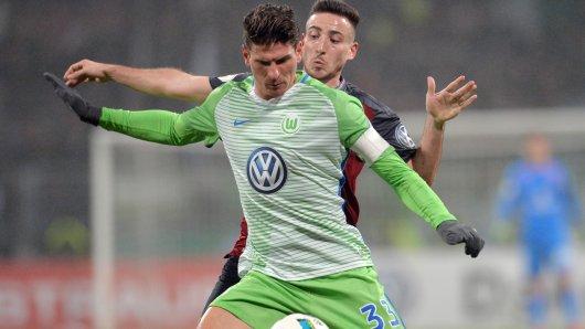 Wölfe-Kapitän Mario Gomez im Zweikampf mit  Kevin Möhwald vom 1. FC Nürnberg.