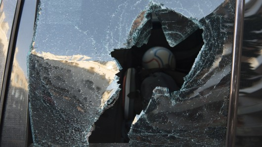 Die Täter hatten die Scheiben der Fahrzeuge zerschlagen (Symbolbild).