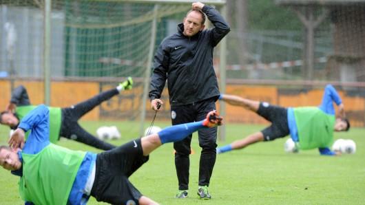 Am 2. Januar wird Eintracht-Trainer Torsten Lieberknecht seine Profis zum ersten Mal im neuen Jahr ordentlich schwitzen lassen (Archivbild).