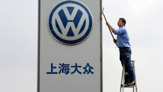 China ist für Volkswagen der weltweit wichtigste Absatzmarkt - kein Wunder, dass das Logo auf Hochglanz gebracht wird. Den Grünen schmeckt das alles eher weniger (Symbolfoto).
