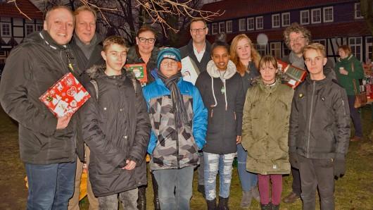 Sascha Hummel (AAI), Jan Tangerding (Centermanager Schlossarkaden Braunschweig und AAI), Jacqueline Clavey (AAI), Michael Arko (AAI) und Heiko Sachtleben (event-service-bs) übergaben die Geschenke an die 250 Kinder des Remenhofes.