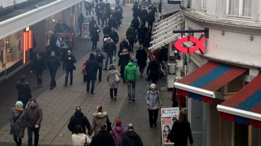 Am Tag vor Weihnachten ist die Innenstadt voller Menschen, die noch letzte Dinge besorgen müssen.
