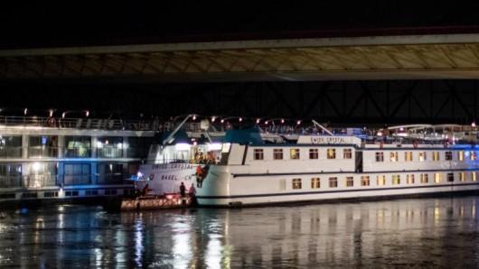 Zwei Hotelschiffe vor einer Brücke im Rhein.