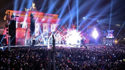 Die Feier vor dem Brandenburger Tor - hier eine Aufnahme vom 31. Dezember 2016 - ist die größte Silvesterfeier Deutschlands. Erstmals werden morgen spezielle Sicherheitszonen für Frauen eingerichtet.