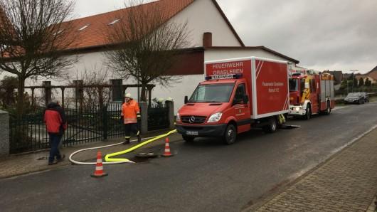 Zwei Stunden lang pumpten die Feuerwehren aus Rottorf am Klei und Grasleben den Keller leer.