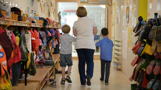 Die Abschaffung von Elternbeiträgen für die Kindergarten-Betreuung ihrer Sprösslinge würde Braunschweig nach Berechnungen der Stadtverwaltung rund 6,5 Millionen Euro kosten. Das Geld will die Stadt vom Land erstattet haben (Archivbild).